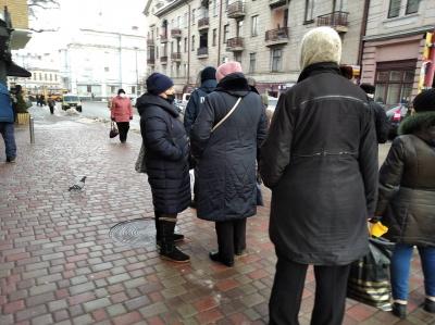 Тротуари у центрі Чернівців слизькі, їх почистили не всюди — фото