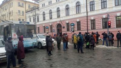 У центрі Чернівців жителі раптово перекрили дорогу: вимагають вирішити проблему з громадським транспортом
