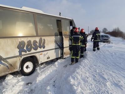 Снігова негода на Буковині: рятувальники звільняли із заметів автівки та автобуси - фото