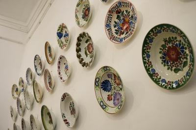 """""""Ними люди скрашували своє життя"""": в Чернівцях відкрили виставку настінних тарілок"""