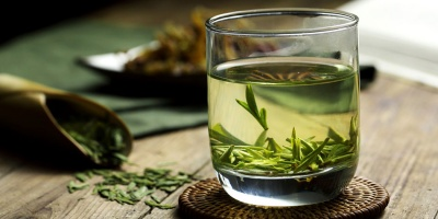 Чому фахівці не рекомендують пити зелений чай натщесерце