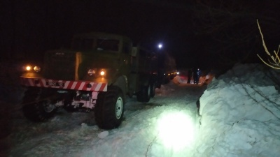 Снігова негода на Буковині: із заметів витягували мікроавтобуси та вантажівки - фото