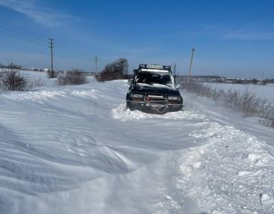 Витягнули понад 50 автомобілів: на Буковині добровольці визволяли автомобілі із заметів джипами