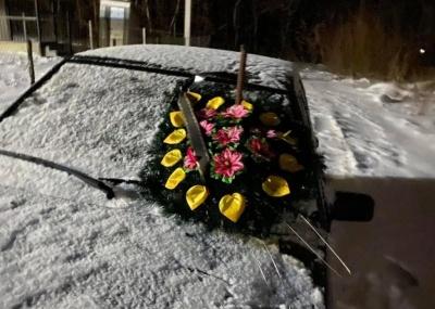 На Буковині невідомі пошкодили автівку голови ОТГ та повісили вінок із погрозами – фото