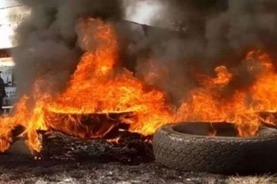 У Чернівцях чоловік під ОДА підпалив шину і розмахував прапором Компартії: суд відмовився його карати