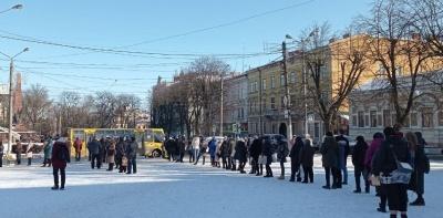 Масово хворіють: найбільшому перевізнику Чернівців бракує водіїв