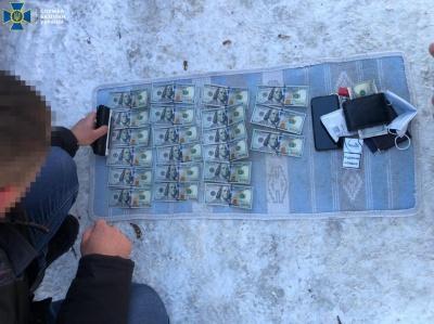Хабар $3 тис: на Буковині викрили прикордонників, які сприяли переміщенню контрабанди анаболіків