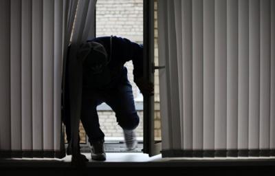 Обікрав будинок та автівку: на Буковині крадію повідомили про підозру