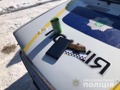 Поліцейські вилучили у двох буковинців нелегальну зброю