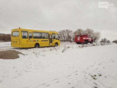 На Буковині автобус з пасажирами застяг на слизькому підйомі: довелося кликати рятувальників
