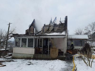 Вогонь знищив покрівлю: на Буковині горіла дача