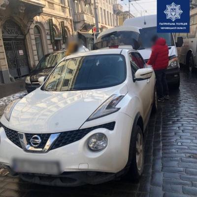 ДТП у центрі Чернівців: через зіткнення двох авто ускладнено рух транспорту