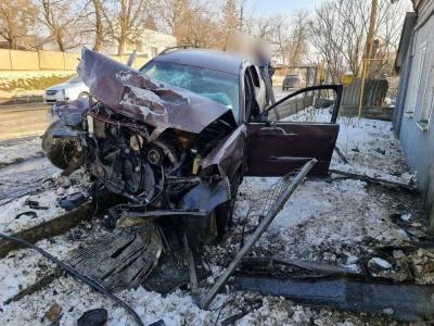ДТП у Чернівцях: «євробляха» протаранила огорожу та будинок, водій втік з місця аварії