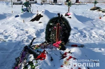 На Буковині на цвинтарі пошкодили 14 хрестів: поліція шукає вандалів