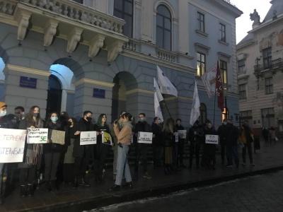 «Не тих саджаєте»: у центрі Чернівців десятки жителів зібрались на акцію підтримки активіста Стерненка – фото