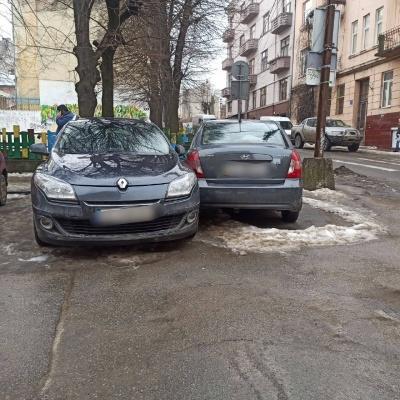 Само покотилося: у Чернівцях авто вдарило три інших, а водій втік