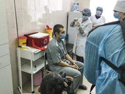 В Україні вперше зробили щеплення проти COVID-19: хто отримав вакцину
