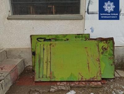 Крали двері та автозапчастини: у Чернівцях затримали крадіїв