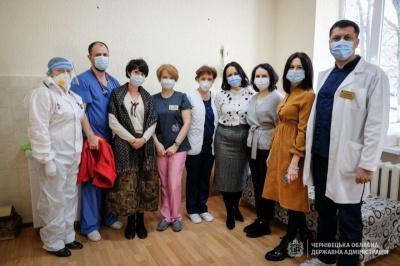 Вакцинація відомих лікарів Буковини та об'єднання ЖРЕПів. Новини минулої доби