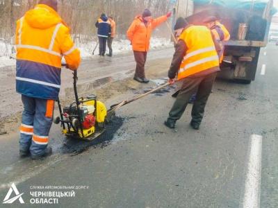 Латають ями: почали ремонтувати дороги  Буковини
