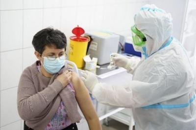 В Україні від коронавірусу щеплення зробили понад 3 тисячі людей