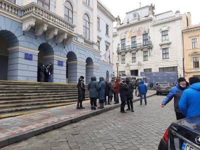 «Карантинний» пікет у Чернівцях: підприємці прийшли до міськради - фото