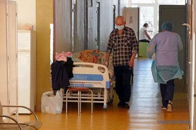 У COVID-лікарнях Івано-Франківська заповнено 125-130% ліжок
