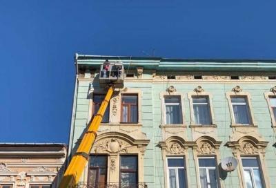 У центрі Чернівців з історичної будівлі обвалився архітектурний декор – фото