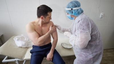 """""""Вдарив по Путіну"""": в мережі кепкують з """"оголеної"""" вакцинації Зеленського"""