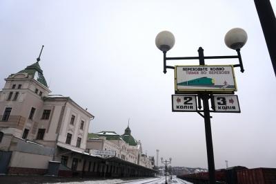 Укрзалізниця призупиняє посадку й висадку пасажирів у Чернівцях через «червону» зону
