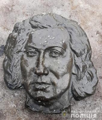 У Чернівцях викрали бронзовий надгробок з могили: поліція знайшла вандала