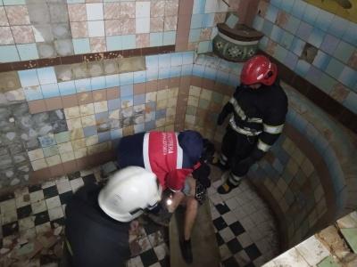 Буковинка впала у порожній басейн на території закинутого заводу: потерпілу витягували рятувальники  - фото