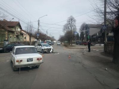 У ДТП в Чернівцях постраждала службова автівка поліції – фото