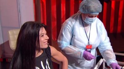Зірки у прямому ефірі вакцинувалися від коронавірусу