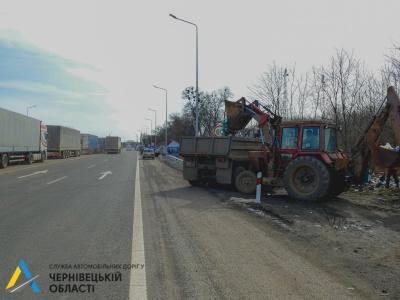 Вивезли чотири КамАЗи сміття: водії фур забруднюють територію біля кордону на Буковині