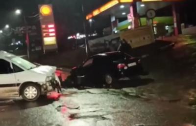 ДТП у Чернівцях: дві автівки зіткнулись поблизу АЗС