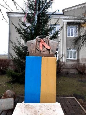 На Прикарпатті невідомі відрізали голову пам'ятнику Тарасові Шевченку – фото