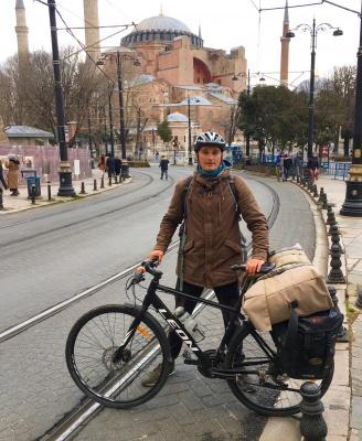 «Якось місяць жив у гробниці»: художник із Буковини подорожує світом на велосипеді