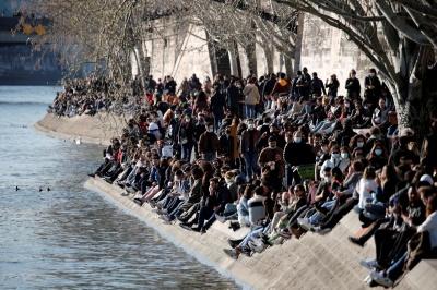 Французам заборонили розпивати алкоголь на березі Сени у вихідні