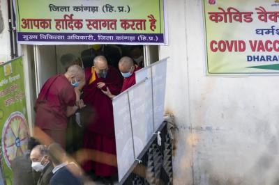 Далай-Лама прищепився проти коронавірусу індійською вакциною Covishield