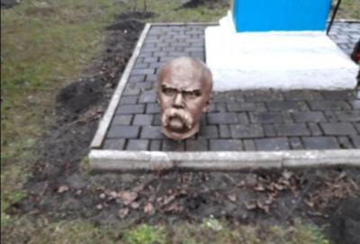 Поліція знайшла вандалів, які відрізали голову пам'ятнику Шевченку на Прикарпатті