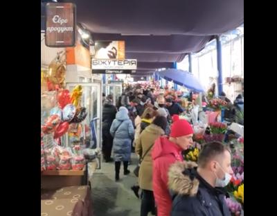 У Чернівцях, які у «червоній зоні», на квітковому ринку утворилася «товкучка» - відео