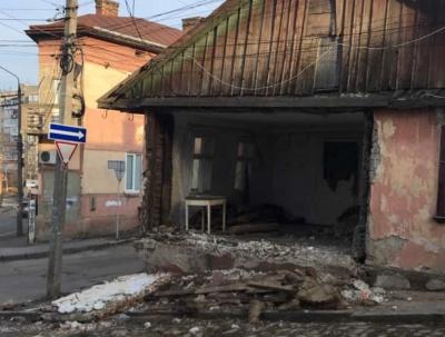 У Чернівцях на тротуар обвалилась стіна закинутого будинку – фото