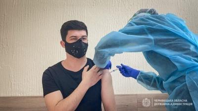 Письменник та журналістка: хто з відомих людей Буковини вже вакцинувався - фото