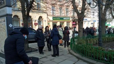 У Чернівцях десятки підприємців пікетують міськраду, вимагаючи дозволити роботу ринків – фото
