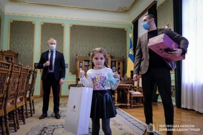Скандал у дитсадку Чернівців: дівчинка, яку зацькували, отримала подарунок від Зеленського