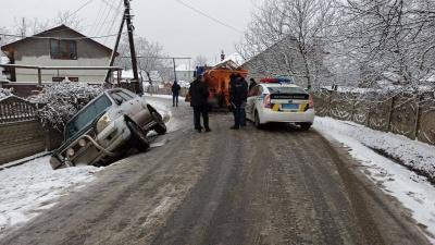 ДТП у Чернівцях позашляховик злетів з дороги у кювет, рух на Шухевича ускладнено