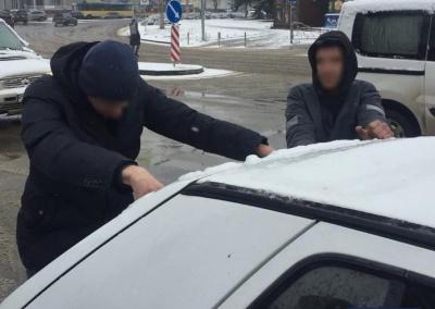 Стрілянина в Чернівцях: патрульні затримали автівку із злочинцями - фото