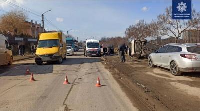 ДТП у Чернівцях: авто з'їхало у кювет