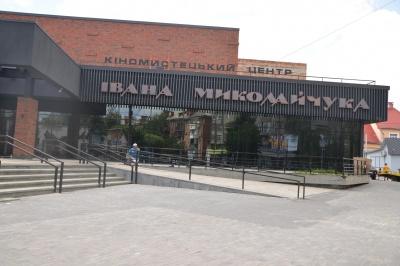 У кіноцентр у Чернівцях потрібно закупити всі меблі і знайти директора